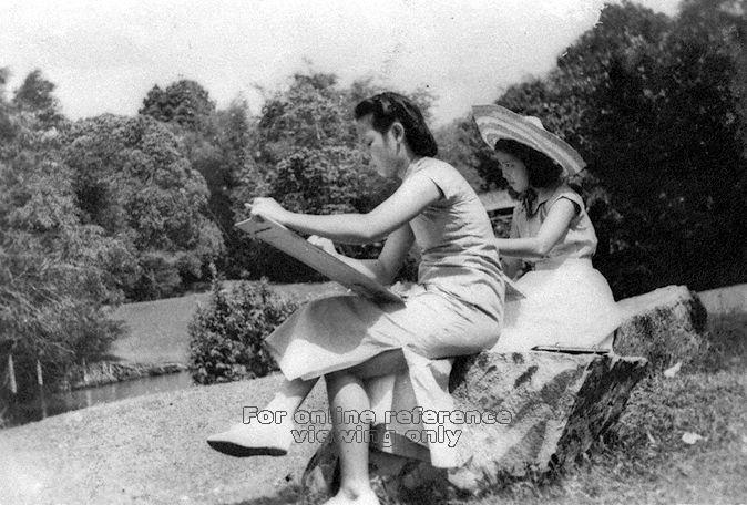 A mother and daughter sketching at the Alkaff Gardens (Image courtesy of the National Archives of Singapore)