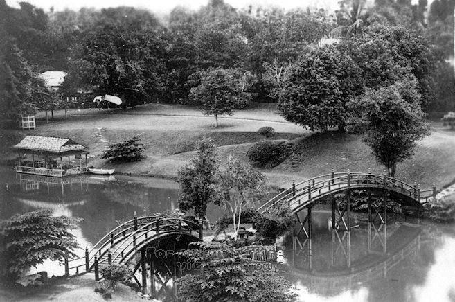 A view of the Alkaff Gardens lake, note the Japanese theme surrounding the area ( Image by John Lim and courtesy of the National Archives of Singapore)