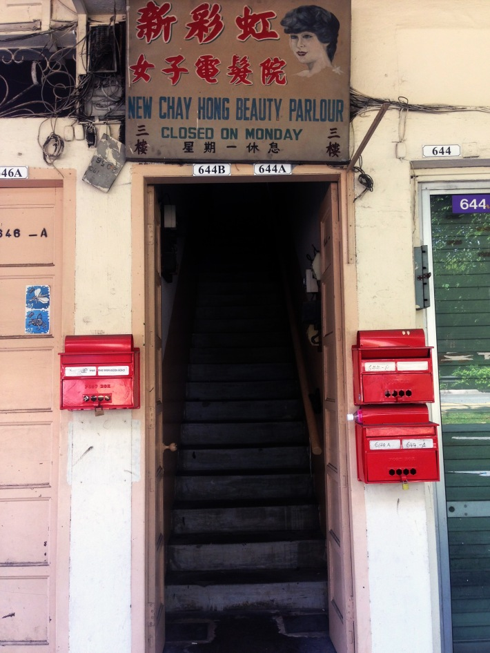 A beauty parlour that closes on Mondays