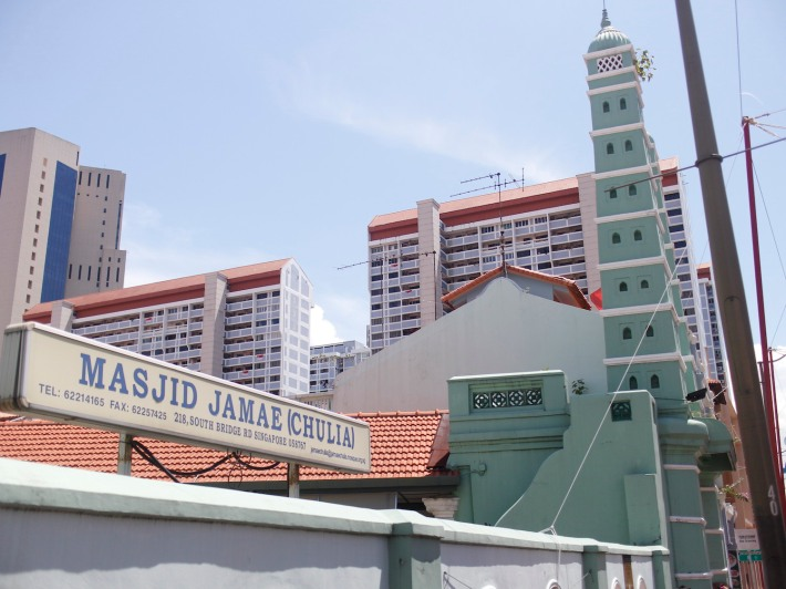 Just like how Mosque Street is named after the Masjid Jamae or Chulia Mosque, the neighbouring Temple Street and Pagoda Street are named after the Sri Mariamman Temple!