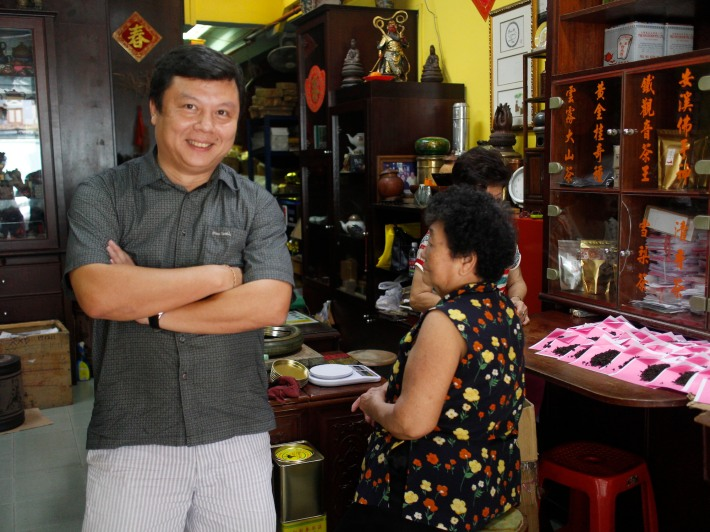 Owner Kenry Peh is a firm believer of the long-term health and social benefits of tea. As a way of keeping in touch with his Bak Ku Teh customers, he eats around 4-5 bowls of this uniquely Singaporean dish every day