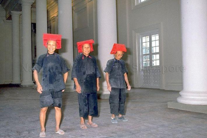 samsui women helping in a cleanup of the former Empress Place, better known to many now as the Asian Civilisations Museum. Here you can see their distinctive red headgear and blue samfoo. Image courtesy of The National Archives of Singapore.