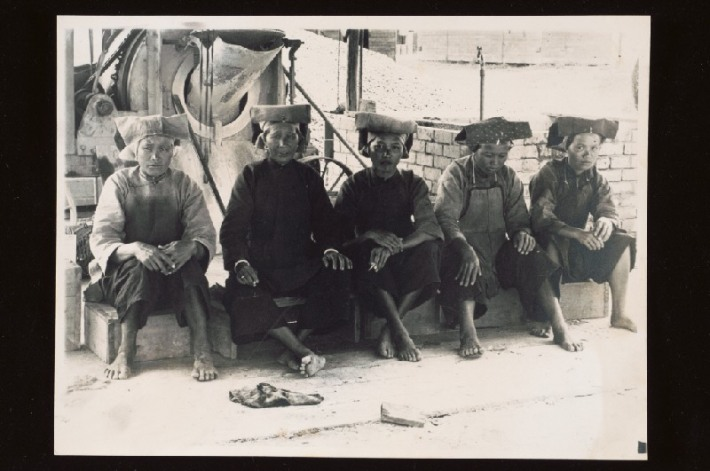 Photo of samsui women working at a construction site dating back to 1938-1939.Image from National Archives of Singapore.