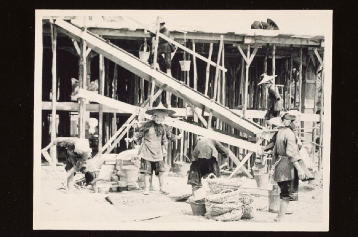 These samsui women were probably part of the first batch of immigrants who arrived from the Sanshui district in Canton (Guangdong), here you see them working on a construction yard between 1938-1939. Image from National Museum of Singapore