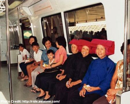 On 7 November 1987, three samsui women who worked on the construction of the Bishan MRT station, were invited for Singapore's first MRT ride. Image from Asiaone.com