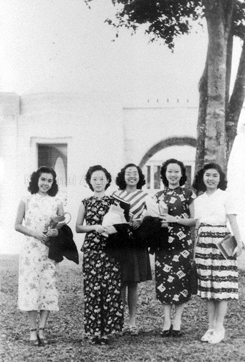 Group photograph of Ms Tan Siok Im (left), mother of Associate Professor Dr Yong Li Lan of Department of English Language and Literature at National University of Singapore, with her fellow Raffles College students. Image taken from the Raffles College Collection, courtesy of the National Archives of Singapore.